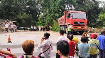 货车与摩托擦挂并侧翻 3人身亡