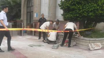 市民买菜回家被小区外墙砖砸伤
