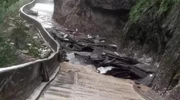 雅安芦山遭暴雨 多处道路被冲毁