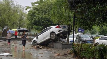 """汶川灾情直击:桥梁损毁车辆""""上树"""""""