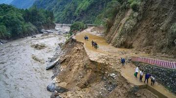 雅安受灾中断的33条公路已抢通29条