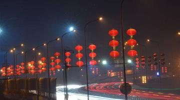 成都街头6万个红灯笼照亮城市的夜