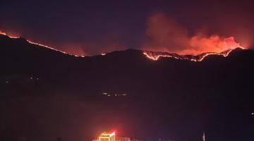 四川木里发生森林火灾 可见延绵明火