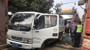 货车伪装成园林绿化车给其他车辆加油