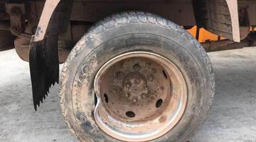 自己车轮胎不翼而飞 寻找时警察来了
