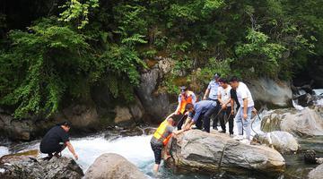 绵阳游客景区翻栏杆拍照掉下河