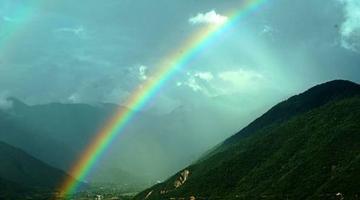 多雨季彩虹频现雅西高速