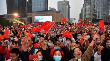 天府广场:升国旗迎国庆 上万群众观看
