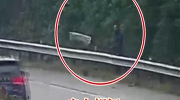 车遇故障 男子高速舞白旗示意