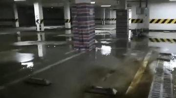 小区住宅楼承重柱离奇喷水