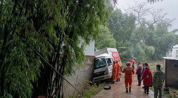 货车撞上房屋女子被困驾驶室