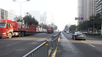 隔离护栏被拆 市民横穿马路好危险