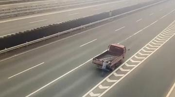 高速路上 这位老司机让同车人推车前行