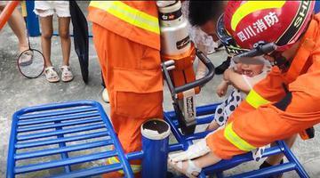 小孩脚被卡健身器材内 消防30秒成功救助