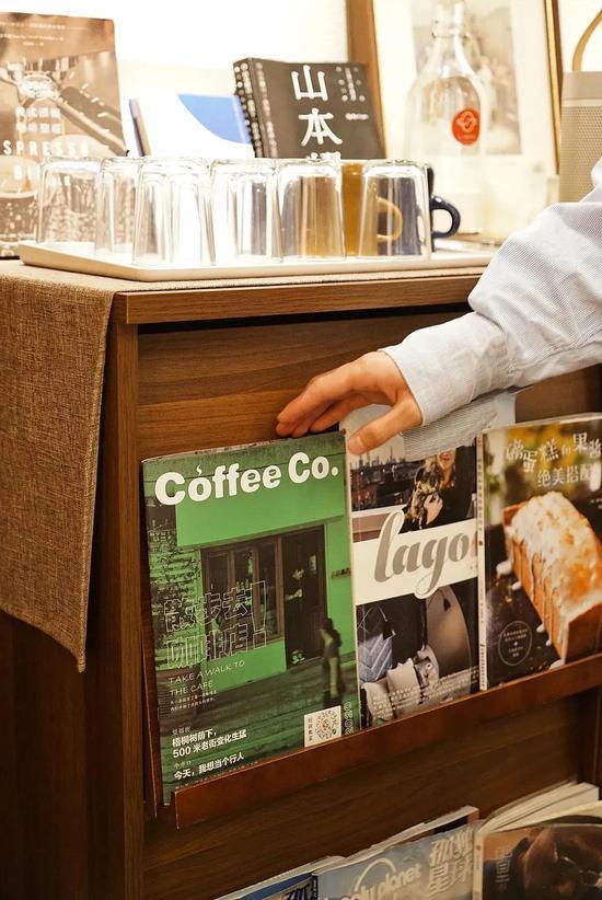 如今,成都不少咖啡店中设有书架,并陈列有书本杂志,供人免费取阅