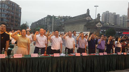 优秀党员代表李飞带领全体共产党员重温入党誓词