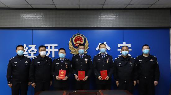 市公安局党委委员、副局长陈麒巍莅临经开分局开展战时表彰送奖到一线