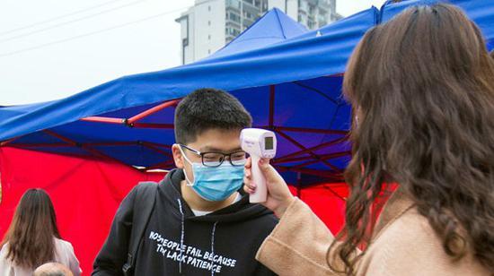 返校复课学生接受体温监测
