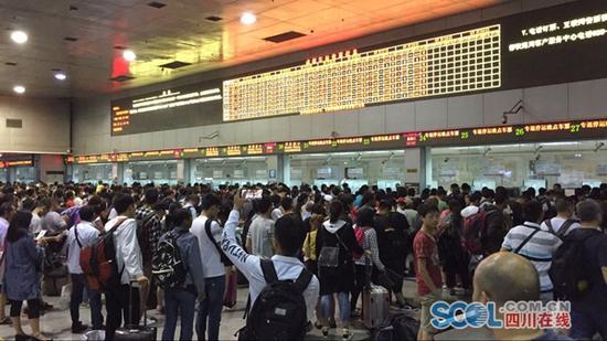 图为成都火车站、成都东站加开晚点停运列车车票专退窗口,铁路部门组织旅客有序办理退票、改签手续。(崔皓 摄)
