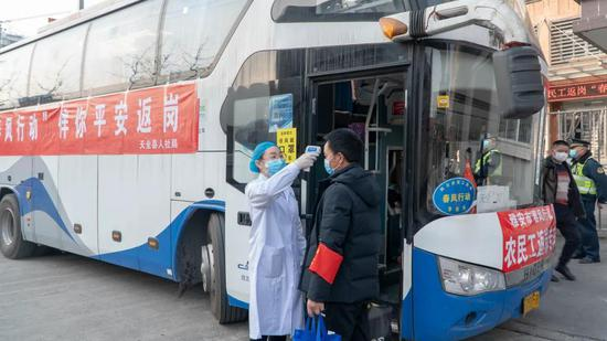 为21名农民工提供返岗服务 赵宇航 摄