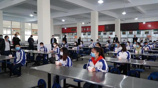 模拟学生在食堂就餐|罗洁摄