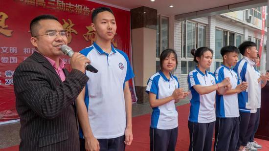 同学们上台谈自己的理想 刘云亭摄