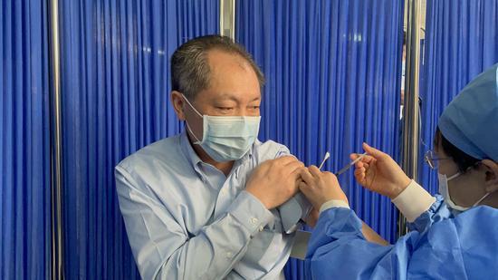 四川大学华西医院党委书记张伟接种疫苗