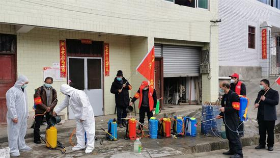 汉源县晒经乡组织党员干部和志愿者开展消杀工作
