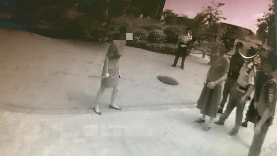 眉山女子因感情纠纷挥刀自残 关键时刻警察夺刀救人