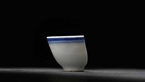 制瓷人涂睿明拾得的蓝边碗瓷片