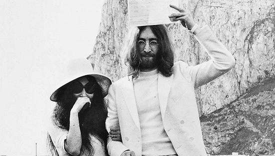 """约翰·列侬和小野洋子1969年在直布罗陀结婚——他们的结婚礼服也正在""""双重幻想""""中展出。拍摄:戴维·纳特。照片由小野洋子提供。"""