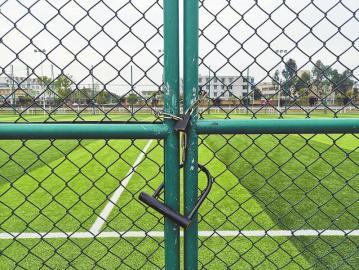 在记者的几次现场探访中,向阳镇体育运动文化广场的足球场都锁上了大门。