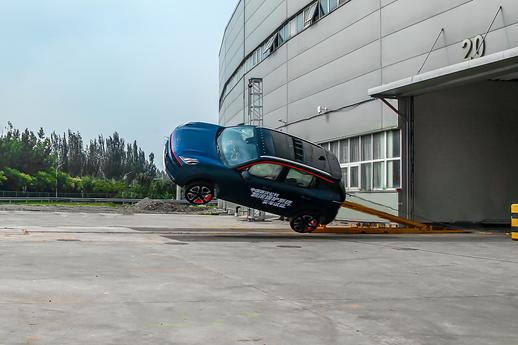 """领克06通过""""中国首次翻滚保护系统实车测试""""检验"""
