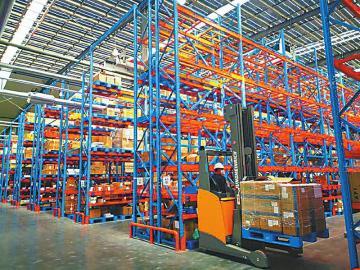 川开电气有限公司工作人员正在运送生产线上所需的物料。   本报记者 蒋君芳 摄