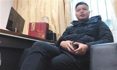 2月15日,电话威胁记者的仁怀市维怀酒业销售有限公司秦姓负责人。  新京报记者 游天燚 摄