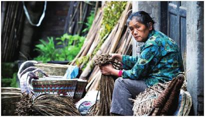 卖叶子烟的农妇