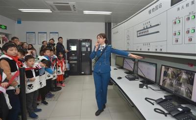 成都市地铁植物园站,参加体验活动的孩子们参观车站控制室