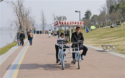 春节假期众多游客在兴隆湖体验绿道休闲