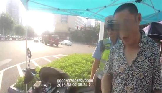 资阳交警拦下掉头想跑的驾驶人