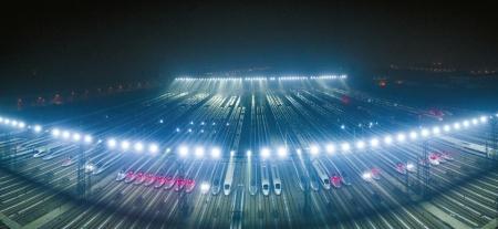 1月20日,动车组列车停靠在武汉动车段的存车线上,准备进行检修和保温作业以迎接春运。   新华社发
