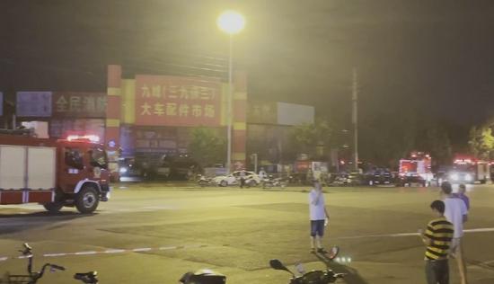 成都市武侯區一汽配城發生火災,火勢已得到有效控制