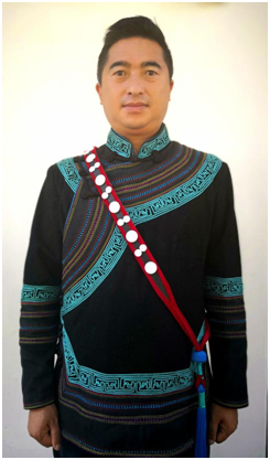 中國作家協會會員、涼山州昭覺縣委宣傳部副部長、縣委外宣辦主任、涼山州作家協會副主席 阿克鳩射。