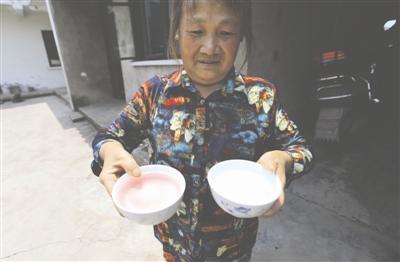 左碗里装着井水,右碗里装着自来水,颜色明显不同