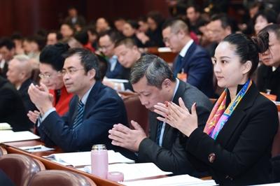 22日,市十七届人大二次会议开幕,图为代表在热烈鼓掌 摄影 张士博