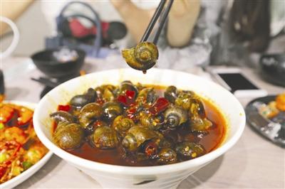 """金仙桥路Lee叔叔的龙虾馆,记者点的""""香辣田螺"""""""