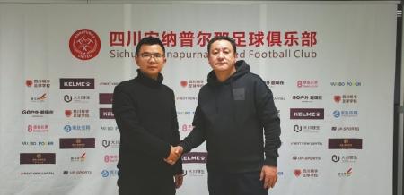 奉伟灵(左)接手川足时与俱乐部总经理马明宇合影。