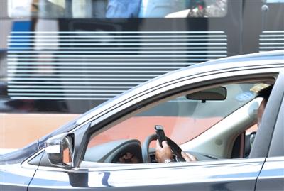 开车玩手机的驾驶员