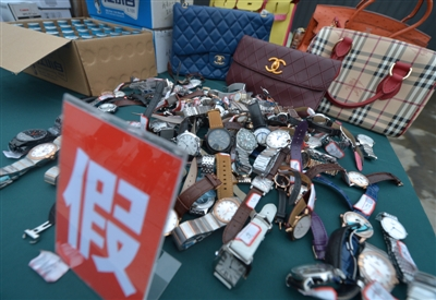 13日上午,成都市公安局联合市场监督管理局对一批假冒产品进行了销毁