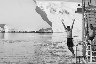 何平在南极冰泳。(何平供图)