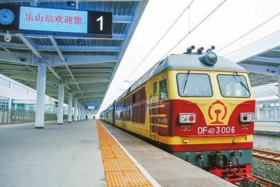 11月28日,综合检测列车停靠在位于乐山市的成贵铁路乐山站内。 新华社发(吴正琪 摄)
